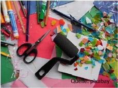 Bild mit Stiften, Schere, Anpressrolle und Bastelmaterial