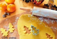 Bild mit Plätzchenteig, Teigrolle und weihnachtlicher Dekoration